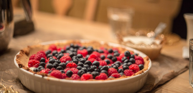 Mandelpai med kesam og friske bær